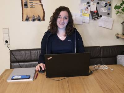 Eine junge Frau am Computer in ihrem Homeoffice