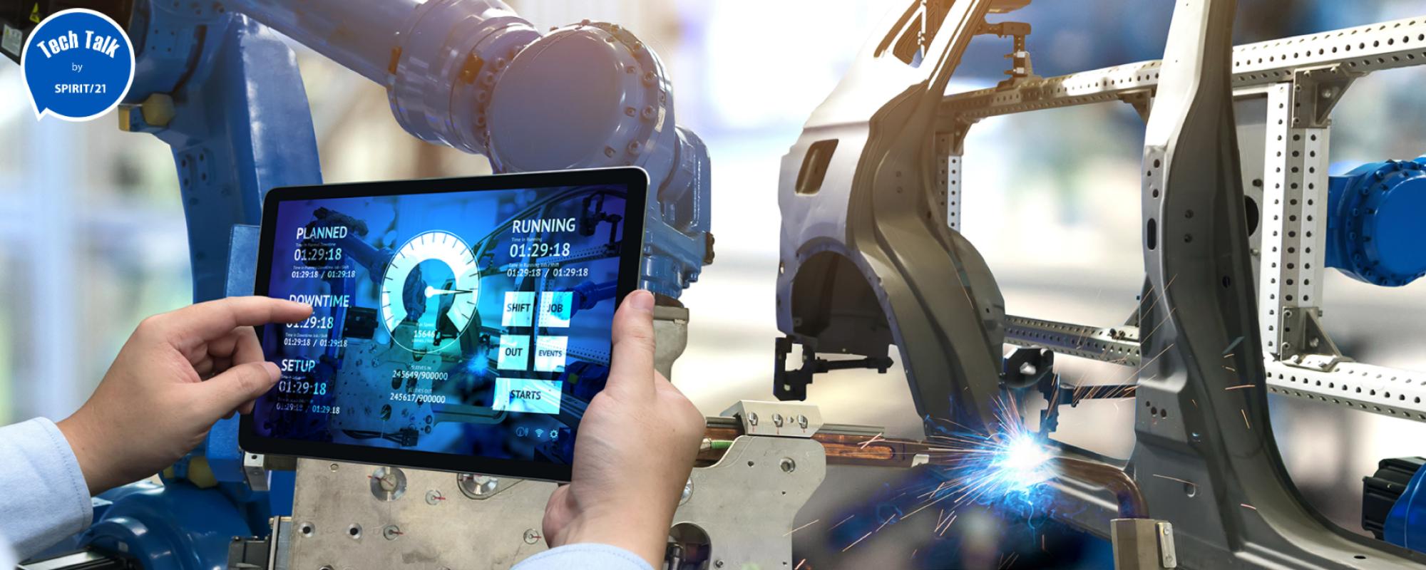 Das Bild zeigt einen Vertigungsprozess, wobei im Hintergrund ein Roboter eine Karroserieschweißarbeit erledigt, während im Vordergrund ein Tablet mit der Steuerungssoftware gehalten wird.