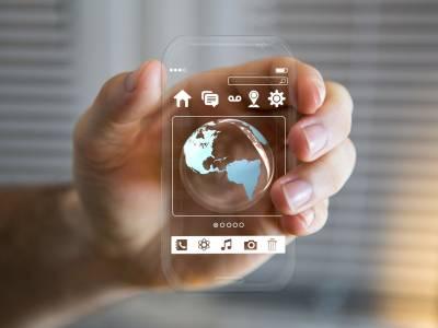 Eine Hand hält ein durchsichtiges Smartphone, welches nur das Betriebssystem sichtbar darstellt.